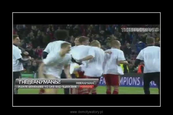 Wtargnięcie kibica na murawę i reakcja zawodników Bayernu –