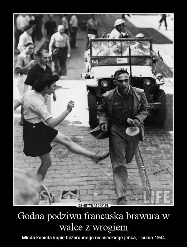 Godna podziwu francuska brawura w walce z wrogiem – Młoda kobieta kopie bezbronnego niemieckiego jeńca, Toulon 1944
