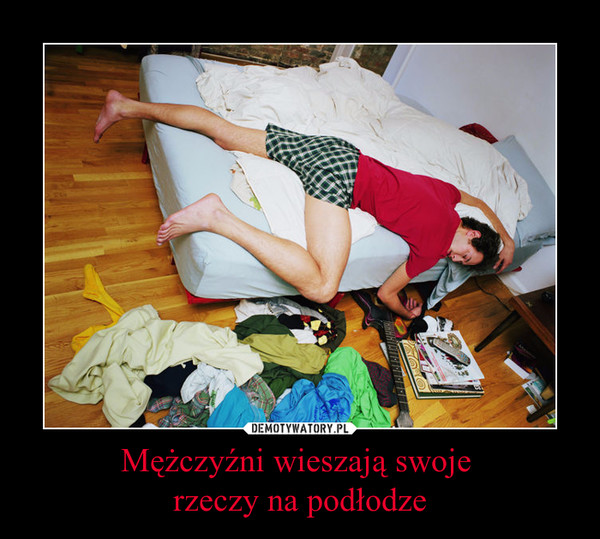 Mężczyźni wieszają swoje rzeczy na podłodze –