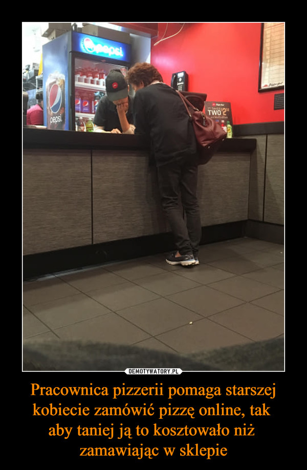 Pracownica pizzerii pomaga starszej kobiecie zamówić pizzę online, tak aby taniej ją to kosztowało niż zamawiając w sklepie –