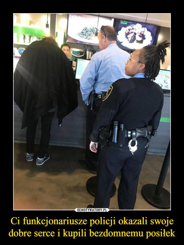 Ci funkcjonariusze policji okazali swoje dobre serce i kupili bezdomnemu posiłek –