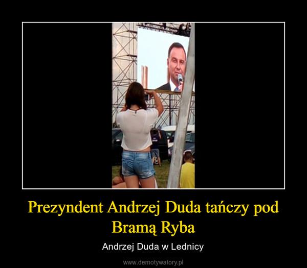 Prezyndent Andrzej Duda tańczy pod Bramą Ryba – Andrzej Duda w Lednicy