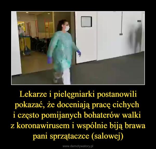 Lekarze i pielęgniarki postanowili pokazać, że doceniają pracę cichych i często pomijanych bohaterów walki z koronawirusem i wspólnie biją brawa pani sprzątaczce (salowej) –