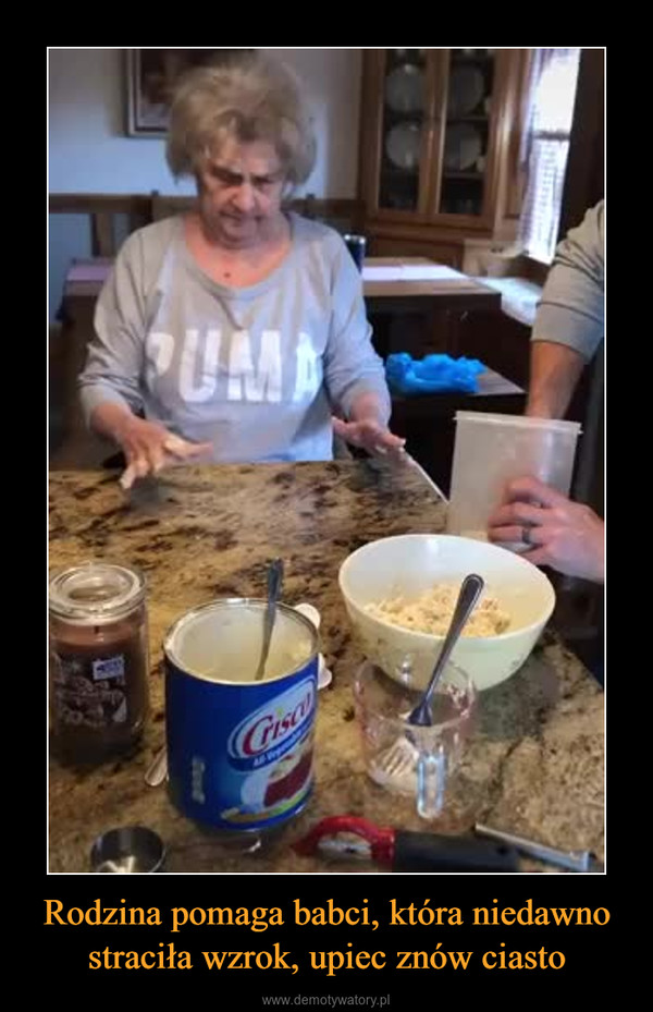 Rodzina pomaga babci, która niedawno straciła wzrok, upiec znów ciasto –
