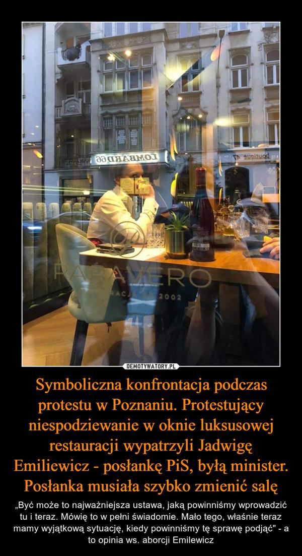 Symboliczna konfrontacja podczas protestu w Poznaniu. Protestujący niespodziewanie w oknie luksusowej restauracji wypatrzyli Jadwigę Emiliewicz - posłankę PiS, byłą minister. Posłanka musiała szybko zmienić salę