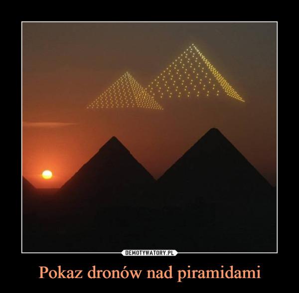 Pokaz dronów nad piramidami –