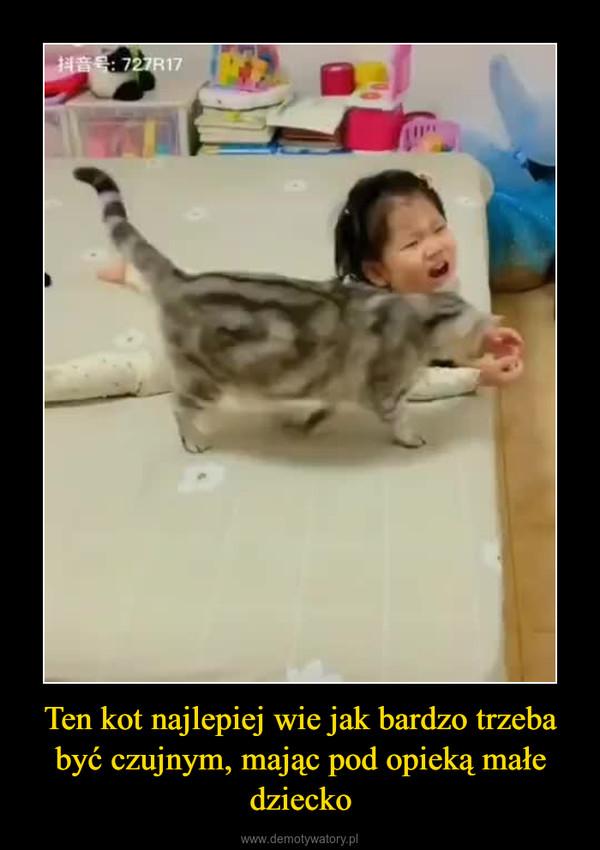 Ten kot najlepiej wie jak bardzo trzeba być czujnym, mając pod opieką małe dziecko –