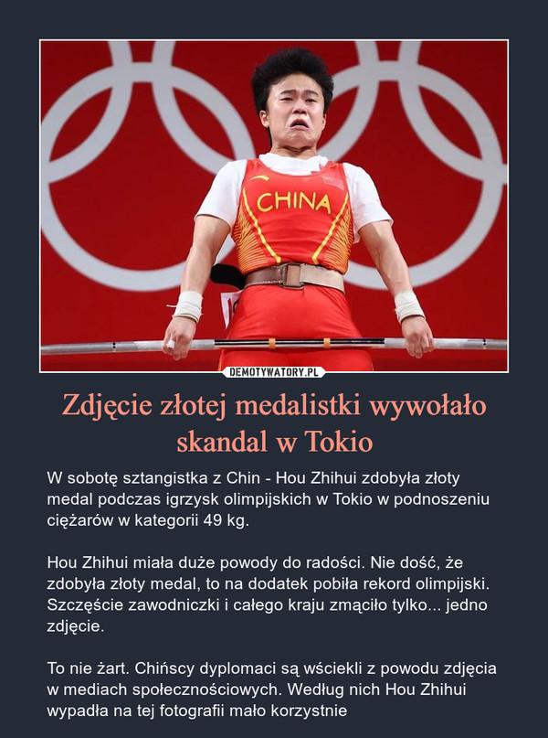 Zdjęcie złotej medalistki wywołało skandal w Tokio – W sobotę sztangistka z Chin - Hou Zhihui zdobyła złoty medal podczas igrzysk olimpijskich w Tokio w podnoszeniu ciężarów w kategorii 49 kg.Hou Zhihui miała duże powody do radości. Nie dość, że zdobyła złoty medal, to na dodatek pobiła rekord olimpijski. Szczęście zawodniczki i całego kraju zmąciło tylko... jedno zdjęcie.To nie żart. Chińscy dyplomaci są wściekli z powodu zdjęcia w mediach społecznościowych. Według nich Hou Zhihui wypadła na tej fotografii mało korzystnie