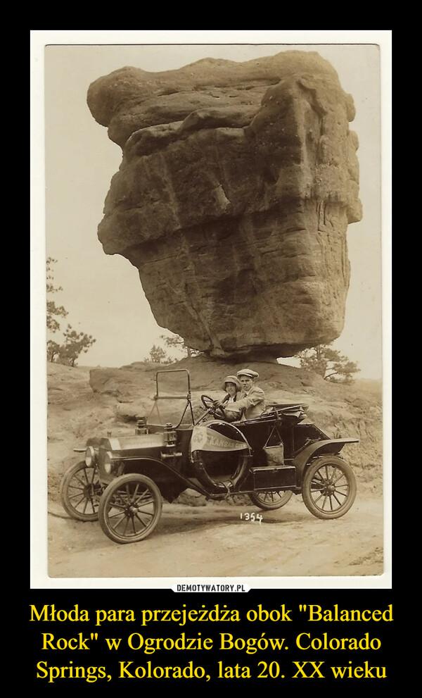 """Młoda para przejeżdża obok """"Balanced Rock"""" w Ogrodzie Bogów. Colorado Springs, Kolorado, lata 20. XX wieku –"""